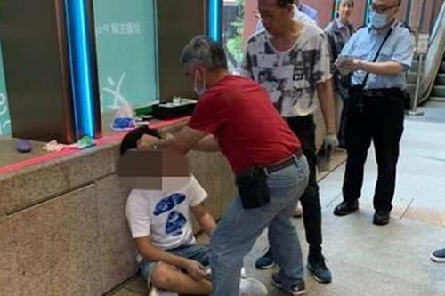 Chàng trai bị đánh gần mộtrạp phim ở Hong Kong.