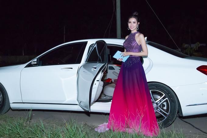 Phan Thị Mơ lái xe 4,5 tỷ đồng về thăm quê