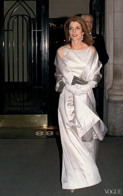 Năm 2001, luật sư Caroline Kennedy - con của tổng thống  John F. Kennedy và Đệ nhất phu nhân Jacqueline Kennedy ghi điểm bằng bộ đầm Carolina Herrera.