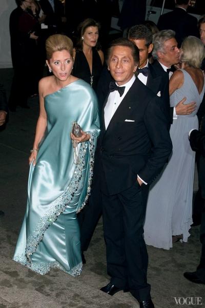Cùng năm, vương phi Marie-Chantal của Hy Lạp tỏa sáng trên thảm đỏ trong bộ đầm lụa xanh lệch vai.
