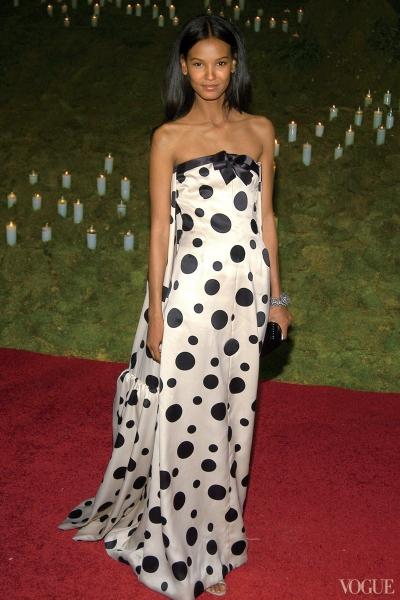 Năm 2006, người mẫu Liya Kebede tạo nét riêng với đầm quây ngực chấm bi Balenciaga.