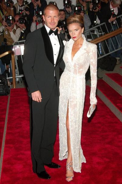 Năm 2008, Victoria Beckham diện đầm ren xẻ tà của Giorgio Armani.