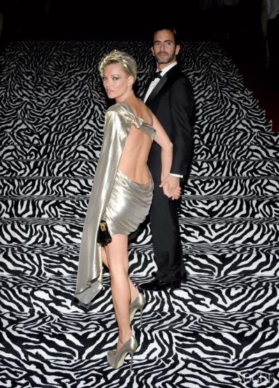 Kate Moss trong bộ váy ngắn hở lưng độc đáo của Marc Jacobs năm 2009.