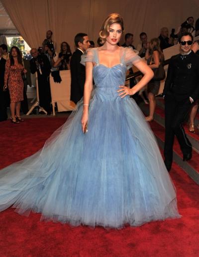 Năm 2010, Doutzen Kroes tựa nàng công chúa với đầm voan xanh chuyển màu của Zac Posen.