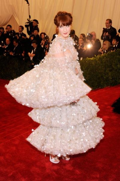 Năm 2012, Florence Welch mang đến thảm đỏ bộ váy xếp tầng của Alexander McQueen.