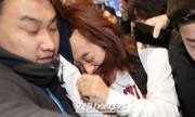 Ảnh Jung Joon Young bị vây đánh, giật tóc đoạt giải báo chí xuất sắc