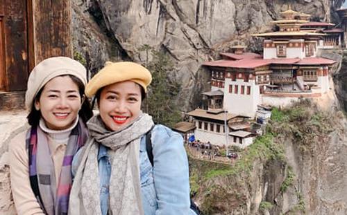 Ốc Thanh Vân (phải) đồng hành cùng Mai Phương trong chuyến đi chơi ở Bhutan.
