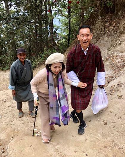 Mai Phương được anh hướng dẫn viên du lịch dìu lên tu viện Tigers Nest.