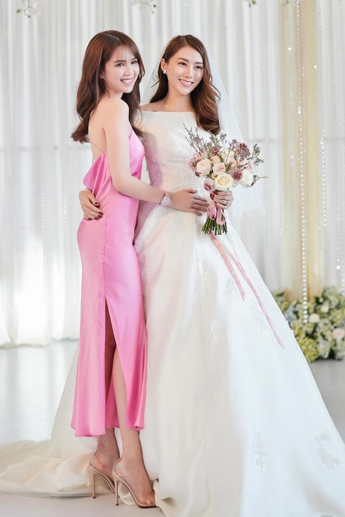 Ngọc Trinh phối váy dây với đồng hồ kim cương đi ăn cưới