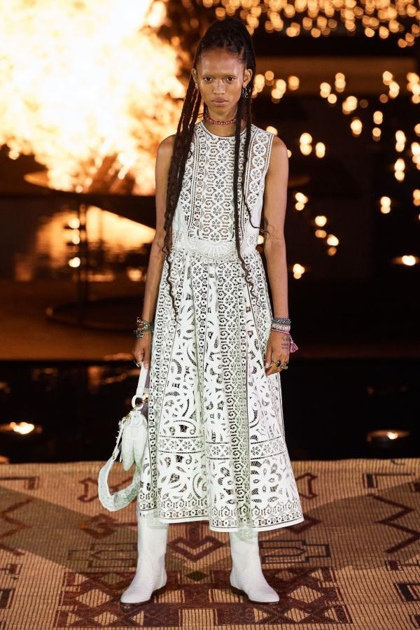 Người mẫu Dior catwalk bên ánh lửa