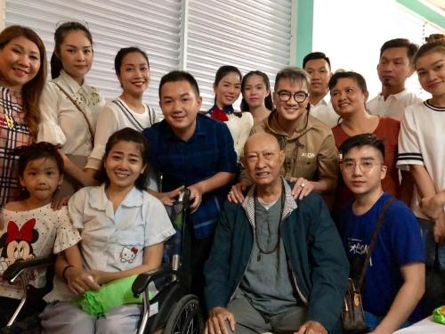 Lê Bình trong vòng tay các nghệ sĩ trong chuyến thăm năm ngoái.