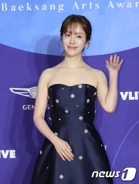 'Hoa hậu quyến rũ nhất xứ Hàn' diện đầm xẻ ngực dự thảm đỏ