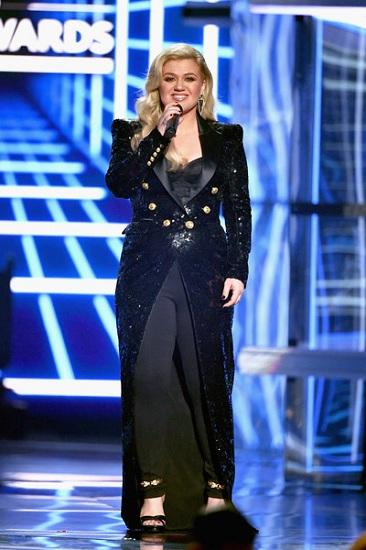 Kelly Clarkson dẫn chương trình Billboard Music Awards 2019. Ảnh: Zimbio.