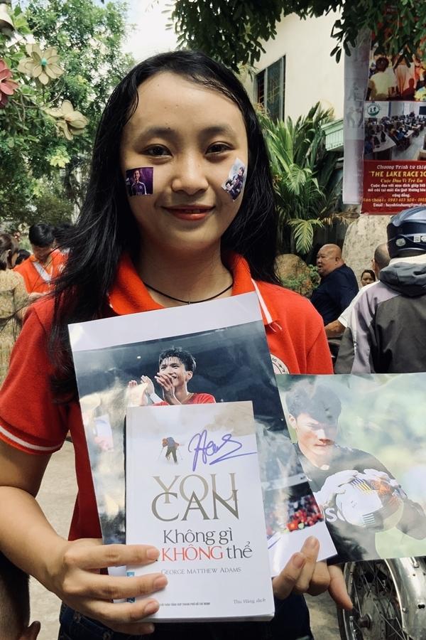 Quang Hải, Bùi Tiến Dũng tặng sách cho trẻ em Bình Dương