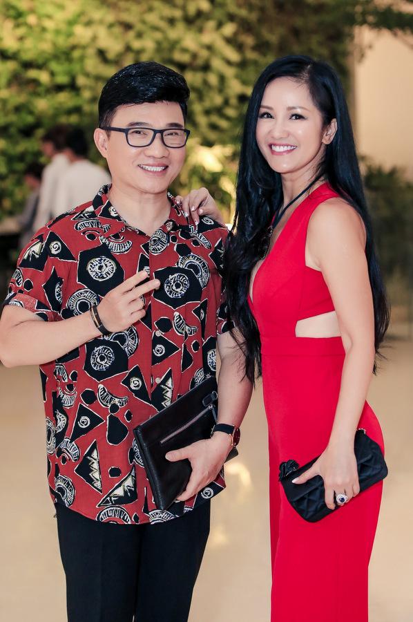 Vợ Lê Hiếu diện mốt khoe nội y đi sự kiện cùng chồng