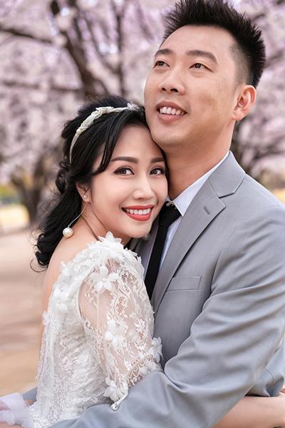 Vợ chồng Ốc Thanh Vân và Trí Rùa vừa tung bộ ảnh kỷ niệm 11 năm ngày cưới. Cả hai mặc lại trang phục cưới của họ vào 11 năm trước.