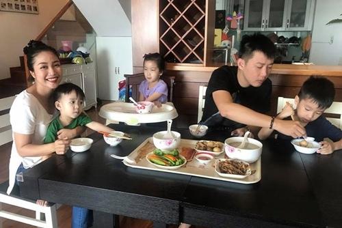 Cuộc sống hôn nhân của Ốc Thanh Vân và Trí Rùa cũng trải qua nhiều va chạm, xích mích song cả hai vẫn luôn vững lòng cùng nhau vun đắp cho tổ ấm của mình.