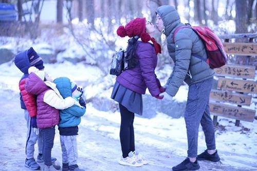 Khoảnh khắc đáng yêu của gia đình nữ diễn viên khi đi du lịch trong mùa đông.