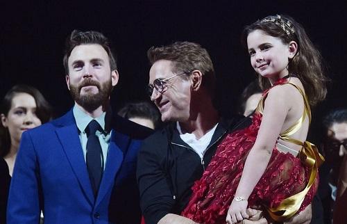 Robert Downey Jr. và cô bé đóng vai con gái ở buổi ra mắt phim tại Mỹ.