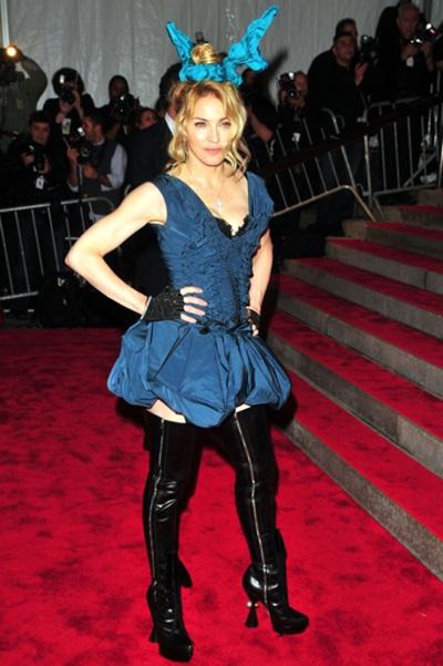Năm 2009, Madonna bị chê vì trang phục không hợp tuổi tác.