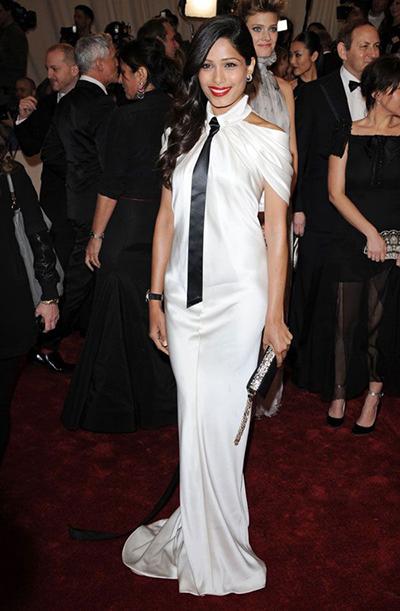 Cũng trong năm này, diễn viên Freida Pinto chọn đầm xẻ vai kèm cà vạt.