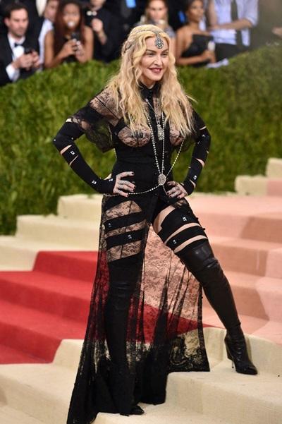 Năm 2016, Madonna khẳng định việc cô lựa chọn bộ đồ đen hở hang quá đà này tại Met Gala 2016 là có chủ ý để gửi tới một thông điệp mạnh mẽ về nhân quyền và bình đẳng giới.