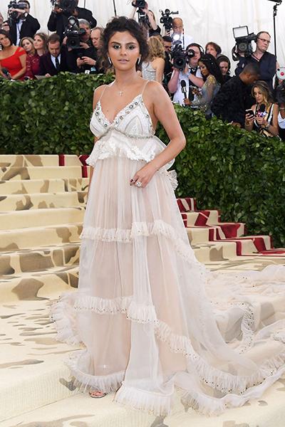 Cũng trong năm này, Huffpost dùng cụm từ héo úa, tái nhợt để nói về bộ đầm cùng kiểu trang điểm của Selena Gomez.
