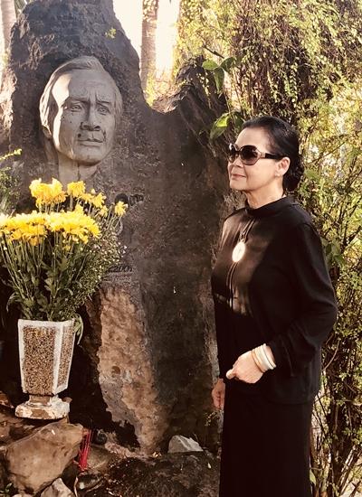 Khánh Ly viếng mộ phần Trịnh Công Sơn ở Thủ Đức, TP HCM chiều 6/5. Ảnh: Quang Thành.