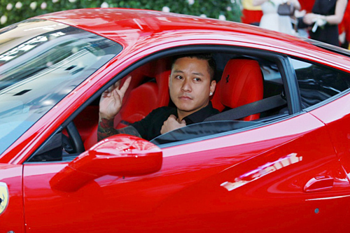 Ferrari là siêu xe gắn bó với Tuấn Hưng, được anh mua từ năm 2017, giá trị khoảng hơn 15tỷ đồng. Ca sĩ chọn mẫu ôtô này vì xe có biểu tượng con ngựa, trùng với năm sinh của anh.
