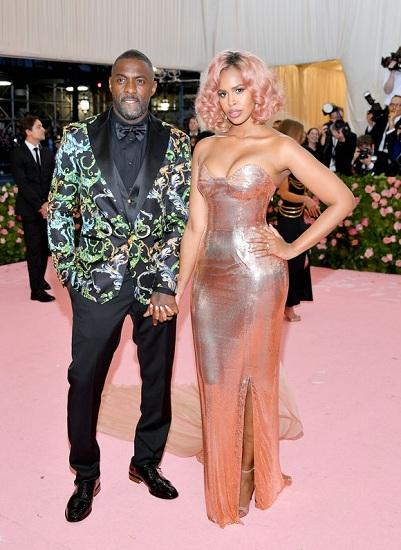 Đạo diễn Idris Elba tay trong tay người mẫu Sabrina Dhowre. Hai người vừa làm đám cưới cách đây một tuần. Ảnh: Film Magic.