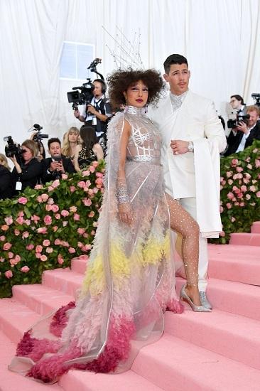 Trong khi đó, người em trai Nick Jonas tham gia dạ tiệc thời trang cùng vợ, nữ diễn viên người Ấn Độ Priyanka Chopra. Ảnh: FilmMagic.