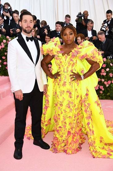 Met Gala 2019 diễn ra tại Viện bảo tàng Mỹ thuật Metropolitan, New York (Mỹ) với chủ đề Camp: Notes on Fashion hướng đến phong cách cường điệu hóa, hài hước, châm biếm. Là một trong những ngồi sao sao dẫn chương trình năm nay, tay vợt Serena Williams xuất hiện với bộ váy vàng cùng doanh nhân Alexis Ohanian.