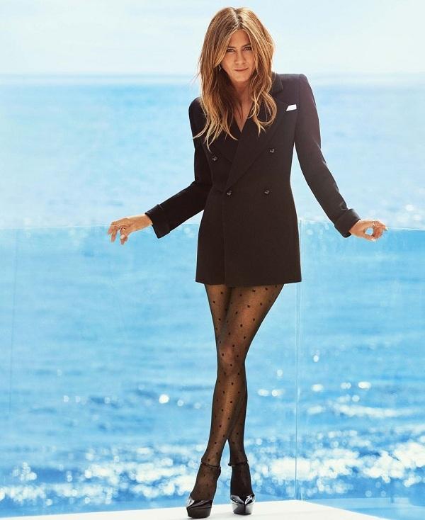 Jennifer Aniston để ngực trần chụp ảnh tạp chí