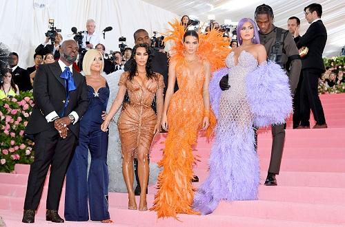 Hai vợ chồng chụp ảnh cùng đại gia đình Kardashian. Ảnh: Film Magic.