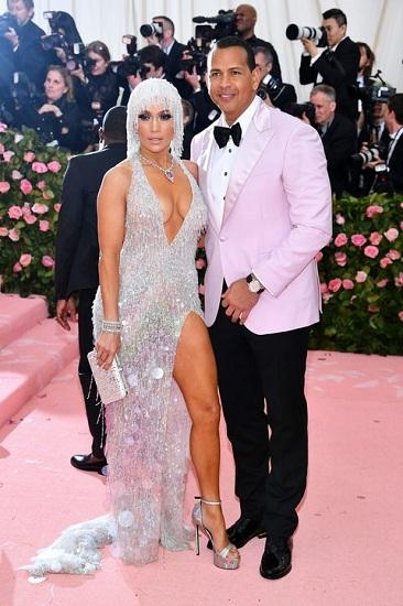 Jennifer Lopez mặc váy thiết kế của Luigi Massi. Nữ ca sĩ khoe nhẫn đính hôn 16 carat cùng cầu thủ bóng chày Alex Rodriguez. Ảnh: Vanity Fair.