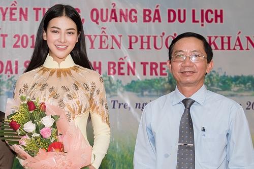Phương khánh bên ông Trương Quốc Phong, giám đốc Sở Văn hóa Bến Tre, trong lễ ký kết.