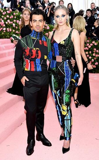 Ca sĩ Joe Jonas cùng diễn viên Game of Thrones Sophie Turner lần đầu cùng xuất hiện tại thảm đỏ Met Gala. Hai ngưới mới làm đám cưới tối 1/5 tại Las Vegas, Mỹ.