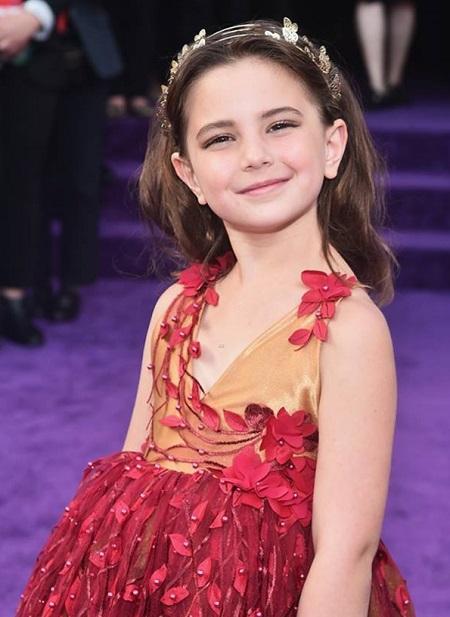 Alexandra Rachael Rabe - cô bé đóng con gái Tony Star - ở buổi ra mắt phần bốn Avengers.