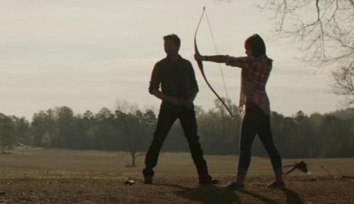 Bố con Hawkeye tập bắn cung.