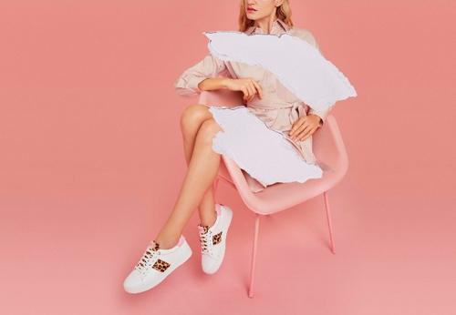 BST Xuân Hè 2019 của Dune London bao gồm những thiết kế nổi bật phù hợp với nhiều phong cách khác nhau của các chàng trai và cô gái hiện đại. Từ cô nàng sành điệu cho đến nhẹ nhàng nữ tính, hay anh chàng năng động hoặc các soái ca tinh tế đều thỏa sức sáng tạo mix match phụ kiện như giày dép, túi xách giúp tôn lên phong cách cá nhân trong mọi dịp.