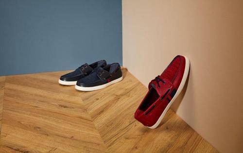 Da thuộc trong màu rượu vang, xanh lá đậm hay xanh navy ở các dòng loafer phù hợp cho các chàng trai trong nhiều sự kiện đặc biệt.
