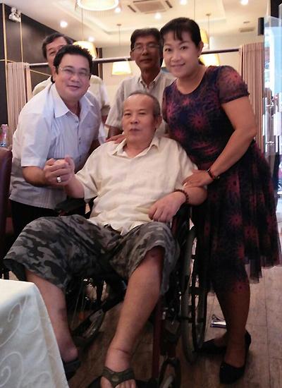 Nghệ sĩ Giang Châu quây quần bên con gái Xuân Thảo (phải) và người thân, bạn bè. Ảnh do gia đình cung cấp.