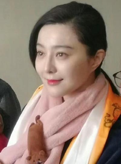 Một năm qua, Phạm Băng Băng vắng bóng làng giải trí vì trốn thuế. Cô bị truy thu và nộp phạt gần 130 triệu USD. Gần đây, cô tái xuất ở một số sự kiện. Nhiều chuyên gia nhận định Băng Băng thuận lợi khi quay lại showbiz vì có nhiều nhân vật trong giới thời trang, phim ảnh ủng hộ.