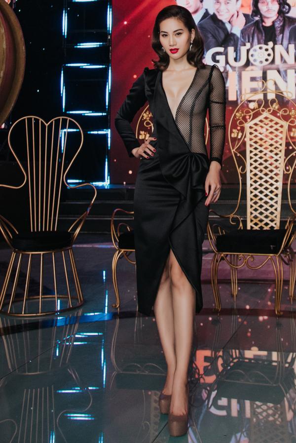 'Mỹ nhân cascadeur' Phi Ngọc Ánh diện váy không nội y