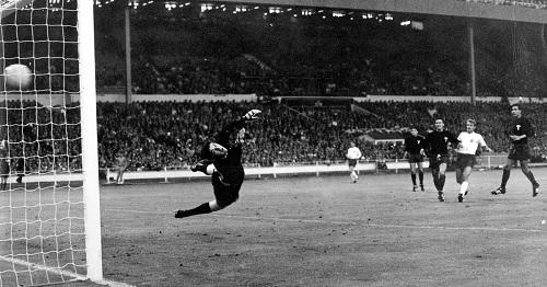 Bàn thắng của Bobby Charlton vào lưới Mexico tại World Cup 1966 được nhắc đến trong ca khúc.