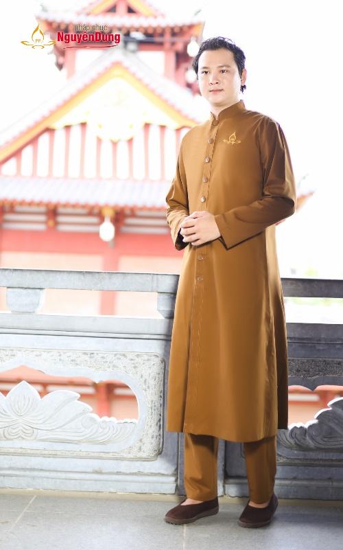 Áo tràng nam trang nghiêm với màu nâu đất, cùng thiết kế hiện đại, tiện dụng.Từ ngàn xưa, Phật giáo đã xuất hiện và là một phần văn hóa, cuộc sống của dân tộc Việt. Thời Trầlà những hình ảnh