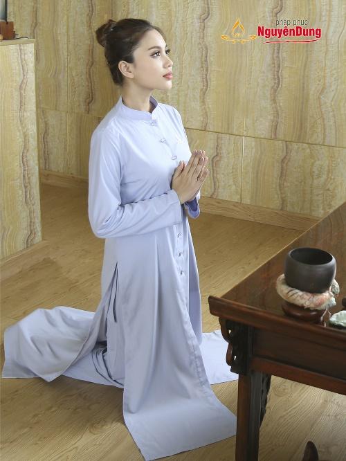 Áo tràng nữ hiện đại với thiết kế ba tà, tăng thêm tính trang nghiêm, kín đáo mà không kém phần tiện lợi,trong các hoạt động hành lễ.