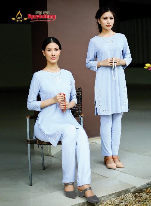 Kiểu dáng áo dài cách tân được biến tấu cùng màu lam tao nhã, tạo nên nét thanh tao hiện đại mà vẫn giữ được sự trang nghiêm của người cư sĩ.
