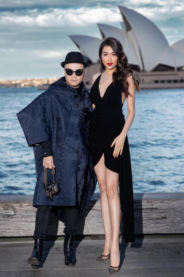 Tiểu Vy, Đỗ Mỹ Linh khoe vai trần bên bờ biển Sydney