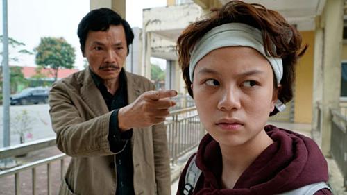 Bảo Hân và NSƯT Trung Anh trong phim Về nhà đi con.